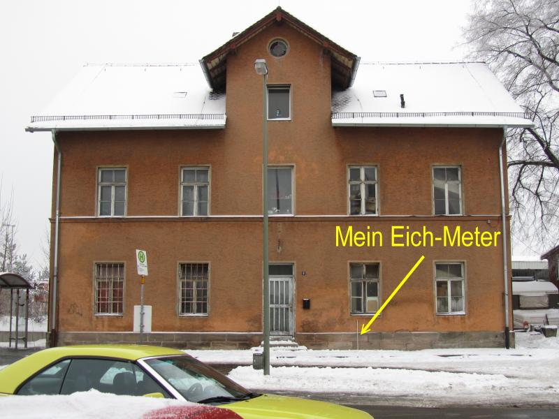 Bahnhofsgebäude mit Eich-Meter
